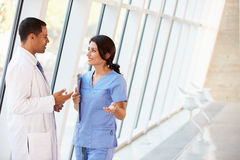 Medizinisches Personal, das Diskussion im Krankenhaus hat   Stockfotografie
