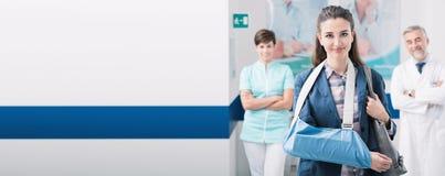 Medizinisches Personal, das einen Patienten am Krankenhaus unterstützt stockbild