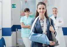 Medizinisches Personal, das einen Patienten am Krankenhaus unterstützt stockbilder