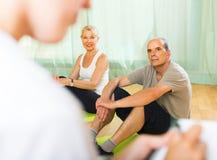 Medizinisches Personal mit älteren Leuten an der Turnhalle Lizenzfreie Stockfotos