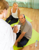 Medizinisches Personal mit älteren Leuten an der Turnhalle Lizenzfreie Stockbilder