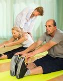 Medizinisches Personal mit älteren Leuten an der Turnhalle Lizenzfreies Stockbild