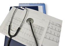 Medizinisches Stethoskop auf Cardiogrammesswerten Stockfotos