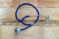 Medizinisches Stethoskop auf hölzerner Tabelle Stockbilder