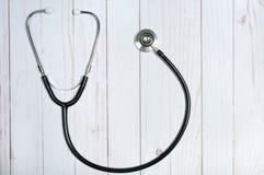 Medizinisches Stethoskop auf weißem Schreibtisch Stockfoto