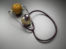 Medizinisches Stethoskop und Frucht lizenzfreie stockfotografie