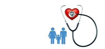 Medizinisches Stethoskop und rotes Herz auf weißem Hintergrund Lizenzfreies Stockfoto