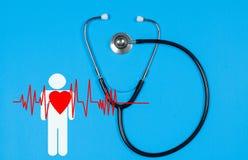 Medizinisches Stethoskop und rotes Herz Krankenversicherungs-Konzepte Stockfoto