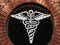 Medizinisches Symbol der weißen umreiß im runden Fenster Lizenzfreies Stockfoto