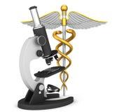 Medizinisches Symbol und Mikroskop des Caduceus Stockfotos