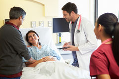 Medizinisches Team Meeting With Couple In-Krankenhauszimmer lizenzfreie stockfotos