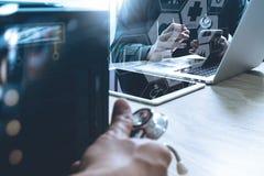 Medizinisches Technologiekonzept Doktorhand, die mit modernem smar arbeitet Lizenzfreie Stockbilder