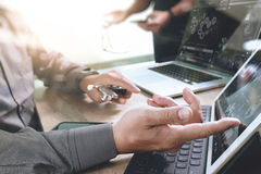 Medizinisches Technologienetz-Teambesprechungskonzept Doktorhand-wor lizenzfreies stockfoto
