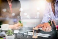 Medizinisches Technologienetz-Teambesprechungskonzept Doktorhand-wor Lizenzfreie Stockfotos
