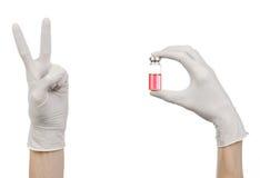 Medizinisches Thema: Hand Doktors in einem weißen Handschuh, der eine rote Phiole Flüssigkeit für die Einspritzung lokalisiert au Stockfoto