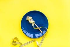 Medizinisches Verhungern für verliert Gewicht Leere Platte, Apfel und messendes Band auf Draufsicht des hellen gelben Hintergrund Lizenzfreie Stockfotografie