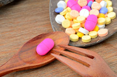 Medizinkapselpille auf Löffel mit Gabel Lizenzfreies Stockfoto