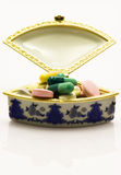 Medizinkasten voll Pillen Stockbilder