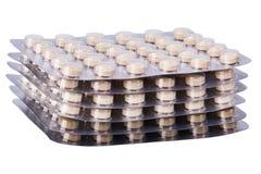 Medizinkräuterpillen oder -tabletten in den silbernen Blasen auf weißem Hintergrund stockfotografie