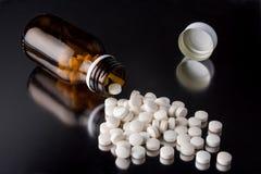 Medizinpillen und die Flasche stockbild