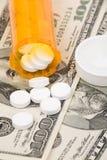 Medizinpillen und -dollar Stockbild