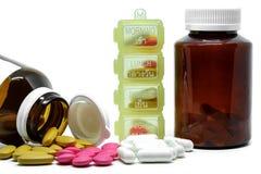 Medizinpillen, -vitamine, -flaschen und -kasten auf weißem Hintergrund lizenzfreie stockbilder