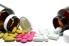 Medizinpillen, -vitamine und -flasche auf weißem Hintergrund mit Kopienraum lizenzfreies stockbild