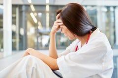 Medizinstudent wird über erfolgreiche Prüfung gefallen stockfoto