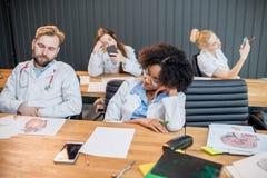 Medizinstudenten an der langweiligen Lektion stockbild