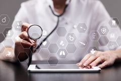 Medizintechnik- und Gesundheitswesenkonzept Arzt, der mit modernem PC arbeitet Ikonen auf virtuellem Schirm Stockfoto