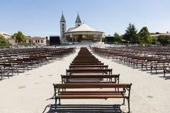 Medjugorje、波斯尼亚和Herzegowina, 2017年7月15日:有长木凳的圣詹姆斯教会在Medjugorje 库存照片