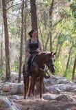 Medlem av den årliga rekonstruktionen av livet av vikingarna - `-Viking Village ` poserar på hästrygg i skogen nära Ben Shemen Arkivfoto