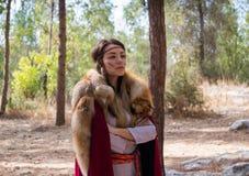 Medlem av den årliga rekonstruktionen av livet av vikingarna - `-Viking Village ` som poserar för fotografer i skogen nära Ben Royaltyfri Fotografi