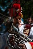 Medlem av mässingsmusikbandet som spelar eufoniet på en hinduisk festival i norr Indien Royaltyfri Bild