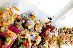 Medlemmar av dansjäklarna av Naiguata tar ett avbrott under deras kapacitet Royaltyfri Foto
