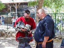 Medlemmar av den årliga festivalen av riddare av Jerusalem som reparerar harnesk Arkivbilder