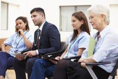 Medlemmar av den medicinska personalen, i möte tillsammans arkivbild