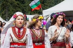 Medlemmar av den nationella Folk festivalen Rozhen i Bulgarien Royaltyfria Foton