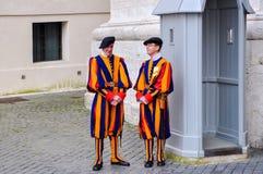 Medlemmar av den påvliga schweiziska vakten i Vaticanen royaltyfria bilder
