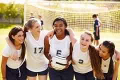 Medlemmar av det kvinnliga högstadiumfotbolllaget royaltyfri foto
