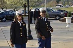 2 medlemmar av högstadiet ROTC att delta i en högstadiumstudentbal arkivfoton