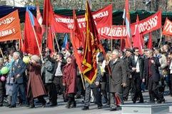 Medlemmar av KPRF på Victory Day ståtar Arkivfoto