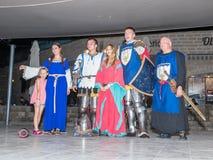 Medlemmar av riddarna av Jerusalem klubbar iklätt den traditionella harnesken av en riddare, slåss på svärd på natten i det gamma Royaltyfri Fotografi