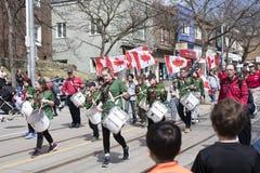 Medlemmar av Scouts Kanada lek trummar, som de marscherar längs drottningSt Royaltyfri Bild