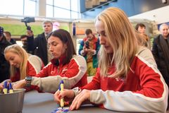 Medlemmar av Team Latvia för FedCup, under den signera perioden för fanfans för första runda lekar för världsgrupp II arkivfoton
