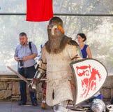 Medlemmen av den årliga festivalen av riddare av den Jerusalem uppklädden som en riddare skriver in cirkeln Arkivfoton