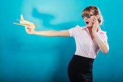 Medo da mosca Mulher que mantém o avião disponivel Imagens de Stock Royalty Free