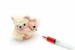 Medo do urso de peluche de dois medos da seringa vermelha da injeção Fotos de Stock