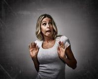 Medo receoso assustado da jovem mulher imagens de stock