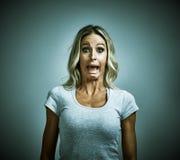 Medo receoso assustado da jovem mulher fotos de stock royalty free